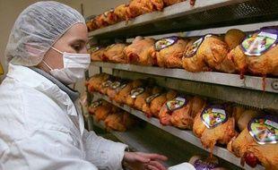 Une employée d'un abattoir prépare des poulets, à Etauliers, le 13 mars 2006.