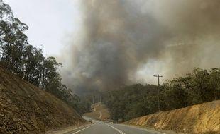 Cette photo à Batemans Bay, en Australie le 4 janvier 2020 montre les fumées provoquées par les très importants feux de forêts. Un cinquième des forêts du pays ont disparu dans cette catastrophe.