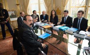 Philippe Martinez en face de membres du gouvernement en janvier 2016 lors d'une réunion de négociation.