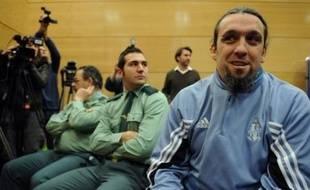 Le procès de Santos Mirasierra, le supporteur marseillais qui risque huit ans de prison pour violence présumée envers des policiers lors du match Atletico Madrid-Olympique de Marseille du 1er octobre en Ligue des champions, a débuté mercredi à Madrid, a constaté l'AFP.