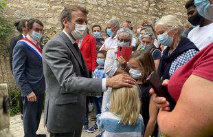 Le président de la République, Emmanuel Macron, accompagne du maire de Saint-Cirq-Lapopie, Gérard Miquel, le 2 juin 2021.
