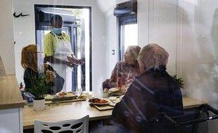 Une visite familiale dans un Ehpad, dans le respect des gestes barrières.