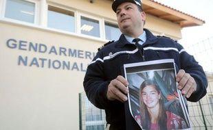 L'officier de communication des pays de Loire montre la photo de Laëtitia, une jeune femme de 18 ans disparue à Pornic (Loire-Atlantique), le 20 janvier 2010.