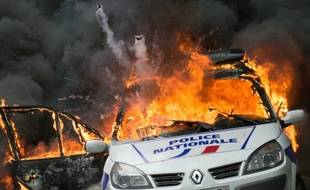 Une voiture de police incendiée par des manifestants anti-police à Paris, le 18 mai 2016