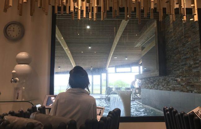 Les yeux rivés sur l'eau, une jeune femme écoute un programme de méditation en pleine conscience proposé à la Thalasso de Concarneau.