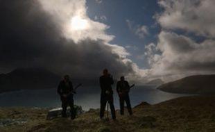 """Les musiciens du groupe local Hamferð ont profité de l'éclipse solaire pour tourner le clip vidéo de leur chanson """"Deyðir Varðar"""", dos au soleil peu à peu mangé par la lune."""