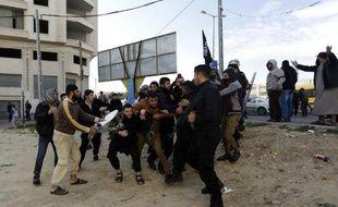 La police du Hamas intervient face à des salafistes palestiniens, le 19 janvier 2015 dans la ville de Gaza
