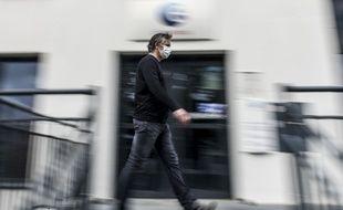 Un homme devant une agence de Pôle emploi, ici à Nantes, durant la période de confinement (Illustration).
