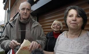 Dany Leprince et sa femme Béatrice (à droite) à Marmande (Lot-et-Garonne), après sa libération conditionnelle, le 19 octobre 2012