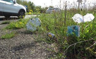 Des déchets au bord de la route, porte de Rezé