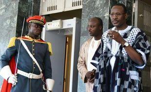 Le premier ministre burkinabè Isaac Zida (D), le 25 septembre 2015 à Ouagadougou