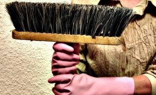 Illustration d'une personne faisant le ménage.