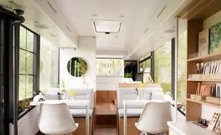 Line est un bus aménagé en centre de beauté.