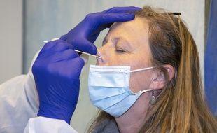 Photo d'illustration d'une personne en train de se faire tester du coronavirus à Nice.