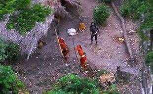 Photographie d'une des dernières tribus d'indiens vivant sans aucun contact avec le monde extérieur, en Amazonie brésilienne près de la frontière péruvienne.