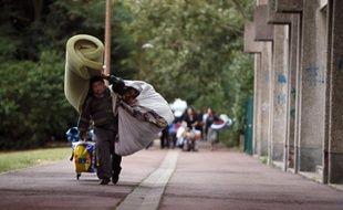Une circulaire interministérielle sur les évacuations de campements illicites de Roms, mettant en pratique les mesures décidées la semaine dernière par le gouvernement, a entériné mercredi la suppression de la taxe qui limitait l'accès des Roumains et Bulgares au marché du travail.