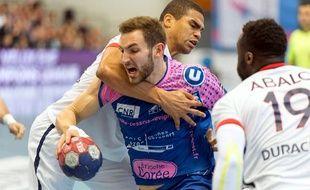 Le Cessonnais Romain Briffe, aux prises avec les Parisiens Narcisse et Abalo, lors de la demi-finale de Coupe de France du 3 avril 2016.