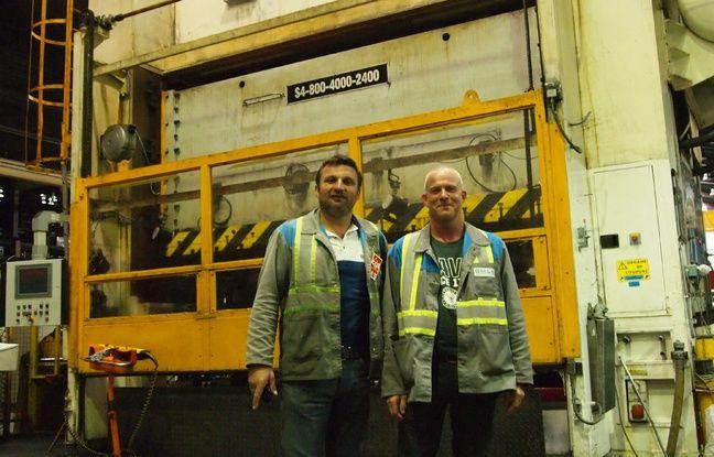 Yann Augras et Patrick devant l'une des presses de GMS.