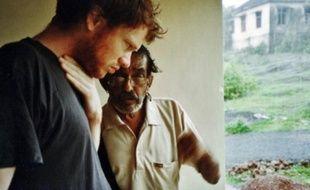 Le musicien lyonnais Cédric de la Chapelle a rencontré Slow Joe sur une plage de Goa, en Inde, à l'été 2007.