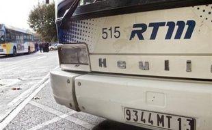 Une grève sur des revendications salariales se poursuivait mercredi pour le deuxième jour consécutif dans les transports publics de Marseille à l'initiative de la CGT (majoritaire), touchant surtout les bus, a-t-on appris auprès de la Régie des Transports de Marseille (RTM).