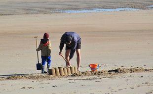 Un père et son fils sur la plage