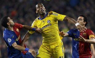 Seul sur le front de l'attaque londonienne, Didier Drogba bataille avec Daniel Alves et Xavi, le 28 avril 2009 au Camp Nou.