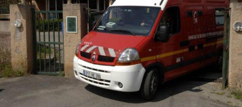 Un camion de pompier devant une caserne de gendarmerie, en Corse