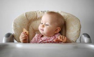 Illustration d'un bébé qui mange des biscuits.