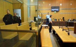 """Les témoignages à charge se succèdent au procès de l'ancien """"faux taxi"""" Bruno Cholet, qui continue de se dire étranger au meurtre de la jeune Suédoise Susanna Zetterberg en avril 2008 à Paris et s'est déclaré vendredi victime d'un complot policier."""