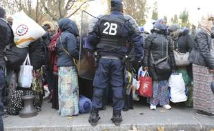 Un camp de migrants est évacué à proximité de la station de métro Stalingrad, à Paris, en novembre 2016.