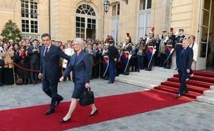 François Fillon, Premier ministre depuis 2007, et son épouse, ont quitté mercredi matin l'Hôtel de Matignon sous les applaudissements du personnel réuni dans la cour après la passation de pouvoirs avec le nouveau chef du gouvernement, Jean-Marc Ayrault.