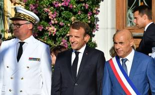 Emmanuel Macron, le 17 août 2018 à Bormes-Les-Mimosas, en compagnie du maire François Arizzi et du préfet du Var Jean-Luc Videlaine.