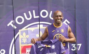 La recrue du TFC Stéphane Mbia lors de sa présentation au Stadium de Toulouse, le 24 août 2018.