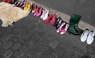Un étalage de chaussures lors d'un vide-greniers. Illustration.