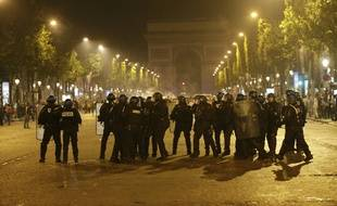 Des policiers anti-émeute sur les Champs-Elysées le 10 juillet 2016.