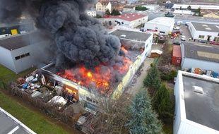 Les impressionnantes images de l'incendie du local de stockage d'Emmaüs à Mundolsheim, en Alsace.