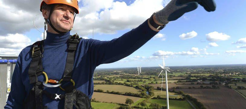Yannick Jadot sur une éolienne.