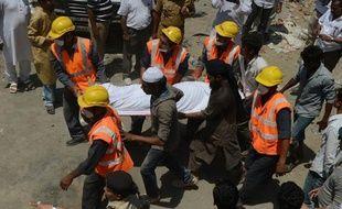 Soixante-trois personnes, en majorité des ouvriers et leurs familles, sont mortes dans l'effondrement d'un immeuble en construction à la périphérie de Bombay, dans l'ouest de l'Inde, ont annoncé samedi les autorités qui recherchent les responsables de ce chantier non autorisé.