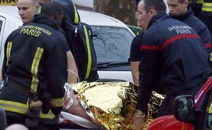 Un blessé évacué après la fusillade à Montrouge, le 8 janvier 2015.