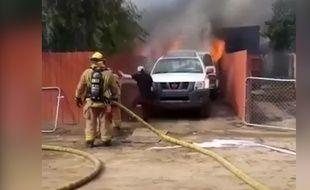 Un homme pénètre dans sa maison en feu pour sauver son chien