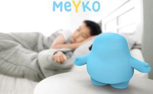 Installé sur la table de chevet, Meyko surveillera la prise de médicaments.