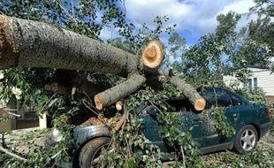 Une voiture écrasée dans un camping, le 21 juillet 2014 au lendemain des violents orages qui se sont abattus sur la commune de Saint-Just d'Ardèche