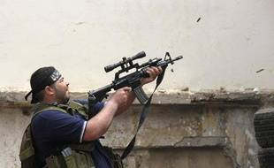 Un sunnite armé du quartier de Bab al-Tebbaneh  à Tripoli, au Liban, le 13 mai 2012.