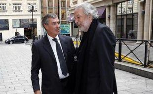 L'ancien ministre français du Budget Jérôme Cahuzac en compagnie de son avocat Jean-Alain Michel à Paris le 11 septembre 2013
