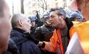 Le syndicaliste CFDT de l'aciérie ArcelorMittal de Florange, Edouard Martin, exprime sa colère devant un gendarme à Paris, le 15 mars 2012.