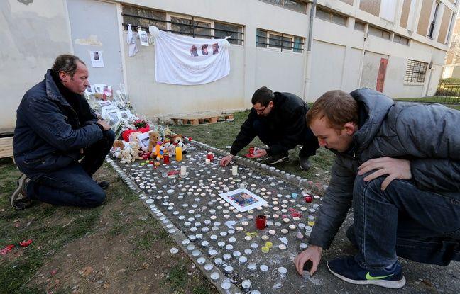 Des voisins allument des bougies en hommage au petit Tony.