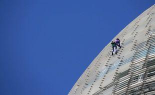Le «Spiderman français» Alain Robert, en pleine ascension d'une tour de 145 m de haut à Barcelone (Espagne) mercredi 4 mars 2020.