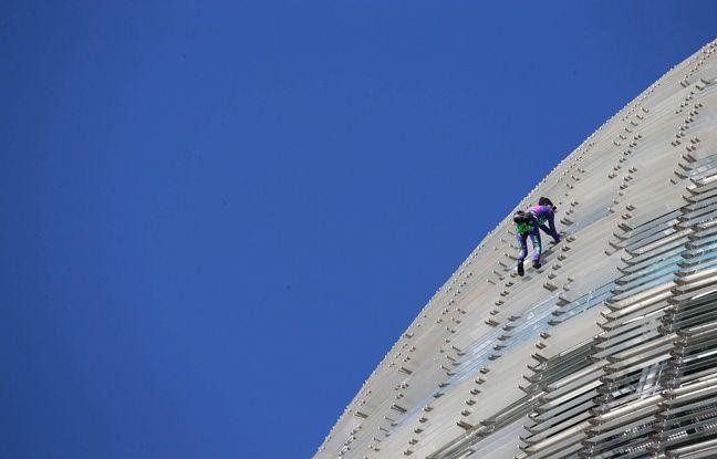 Barcelone: Le «Spider-Man» français escalade une tour de 145m et alerte contre la peur face au coronavirus