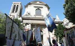 Une procession devant l'église intégriste Saint-Nicolas-du-Chardonnet