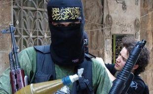 Des centaines de jihadistes de l'Etat islamique en Irak et au Levant (EIIL) avançaient mercredi vers un poste-frontière entre la Syrie et la Turquie après des combats avec un groupe rebelle, rapporte l'Observatoire syrien des droits de l'Homme (OSDH).